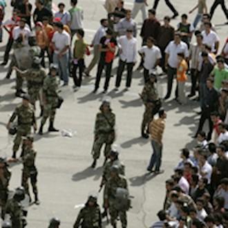 درگیری جوانان با ماموران سرکوبگر - آرشیو