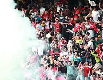 جوانان معترض در جریان مسابقه فوتبال صندلیهای استادیوم آزادی را شکستند