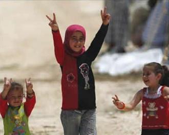 علامت پیروزی توسط دختران سوری