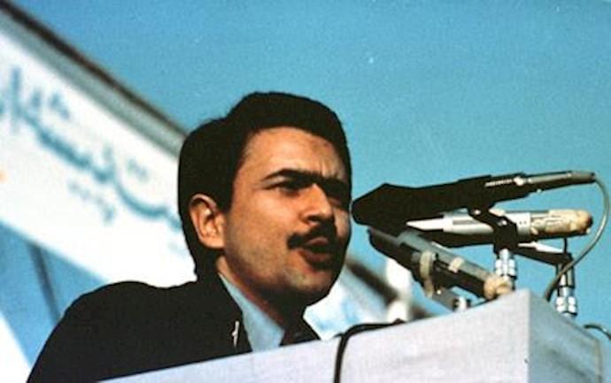مسعود رجوی حین سخنرانی در فاز سیاسی