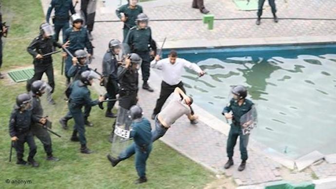 ضرب و جرح جوانان توسط نیروی سرکوبگر رژیم