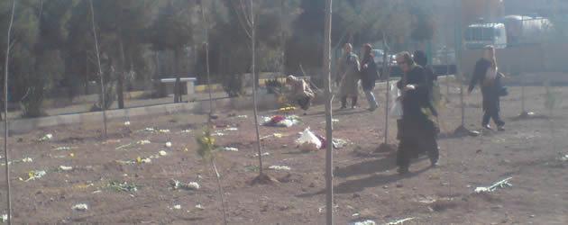 خانواده شهیدان قتل عام در پی مزار فرزندانشان