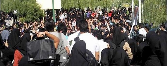 تجمع اعتراضی دانشجویان دانشگاه آزاد تهران -آرشیو