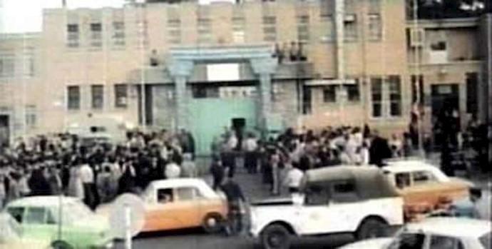 تجمع مردم در مقابل زندان قصر در  دیماه سال 1357