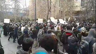 تجمع اعتراضی دانشجویان در مقابل دانشگاه فنی تهران