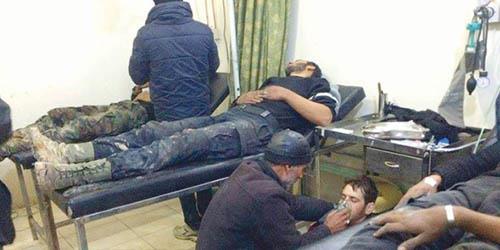 صورة نشرها (المركز الإعلامي لمدينة معضمية الشام) لمجموعة من المصابين باختناق بعد تعرض المدينة لقصف بالغازات الأحد الماضي