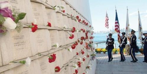بطاقات بريدية بالنصب التذكاري لضحايا هجمات الحادي عشر من سبتمبر حيث وضع مسؤولون بمدينة نيويورك الزهور بجانب أسماء ضحايا مركز التجارة العالمي (غيتي)