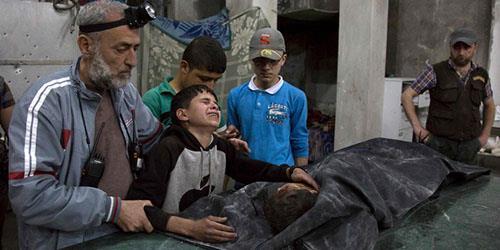 ماجد کودک 13ساله سوری که بر جنازه برادرش در حلب اشک میریزد