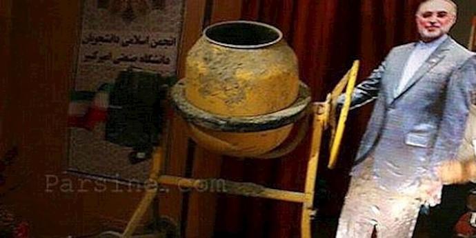 ماکت علی اکبر صالحی در حال بتن ریزی قلب راکتور اتمی اراک