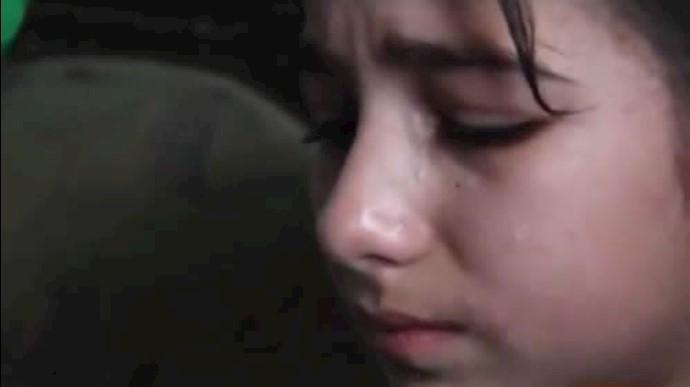 ضحی دختر سوری که جسم بیحرکت او را از زیر آوار یک بمباران بشکهیی بیرون کشید