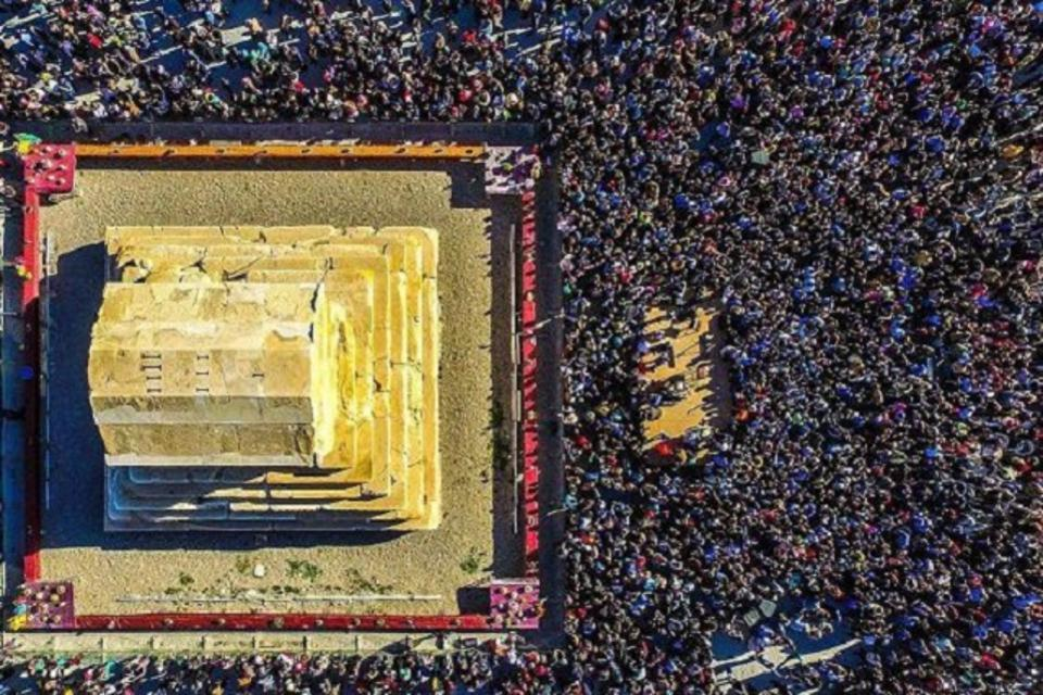 Thousands of people gathering at the Cyprus tombstone in 2016