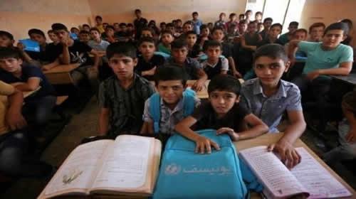 اطفال عراقيون يحضرون دروسا في مدرسة في غرب  الموصل