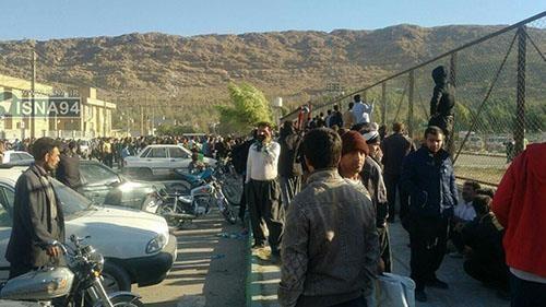 تجمع احتجاجي لأهالي مدينة سربل ذهاب أمام ملعب المدينة