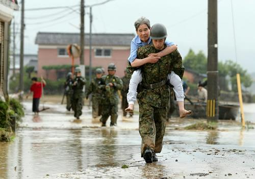 Japanese soldiers help local residents