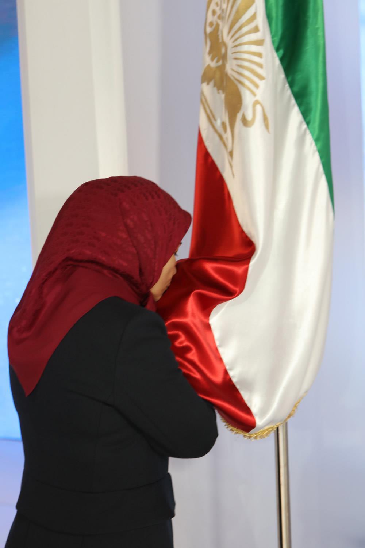 ادای احترام خواهر مجاهد زهرا مریخی در برابر پرچم سه رنگ ايران