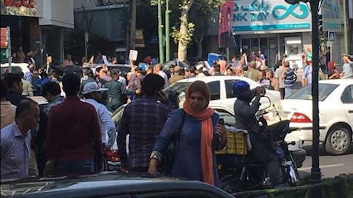 راهپیمایی بیش از 4000نفر از مالباختگان از مقابل بانک مرکزی به سمت میدان محسنی