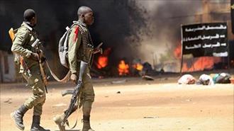۲سرباز اهل کشور مالی در مقابل یک صحنه انفجار