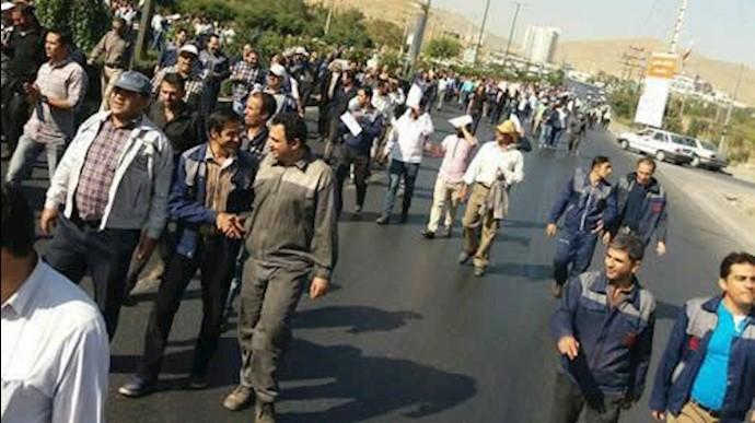 بستن ورودی شهر اراک توسط کارگران آذرآب اراک