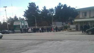 اعتصاب بازنشستههای شرکت لاستیک پارس ساوه جلو درب شرکت