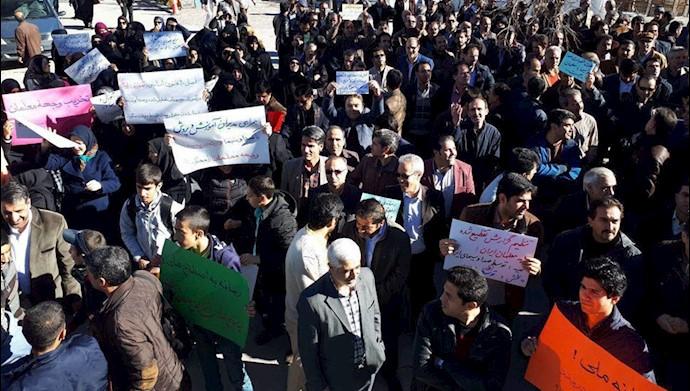 تجمع اعتراضی معلمان و دانش آموزان همدان