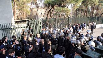 تجمع دانشجویان مقابل  دانشگاه تهران - عکس از آرشیو