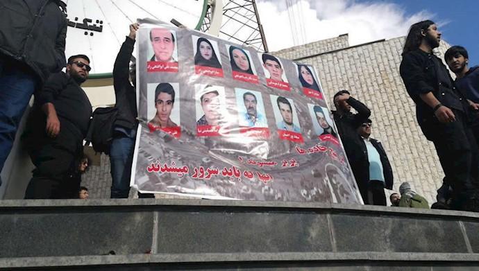 تجمع اعتراضی دانشجویان علوم تحقیقات به سانحه واژگونی اتوبوس