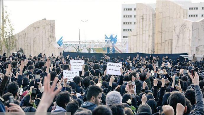تجمع دانشجویان در گرامیداشت یاد دانشجویان جانباخته در حادثه اتوبوس