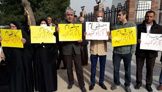 اهواز.سومین روز تجمع خانواده های کارگران زندانی مقابل استانداری رژیم