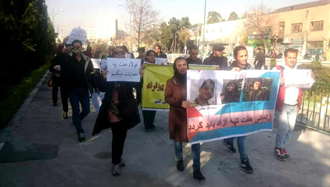 تجمع جمعی از کارگران تهران در مقابل مجلس رژیم در حمایت از کارگران گروه ملی فولاد و  نیشکر هفتتپه