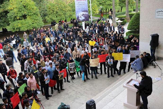 تجمع دانشجویان دانشگاه نوشیروانی بابل در اعتراض به سرکوب رژیم