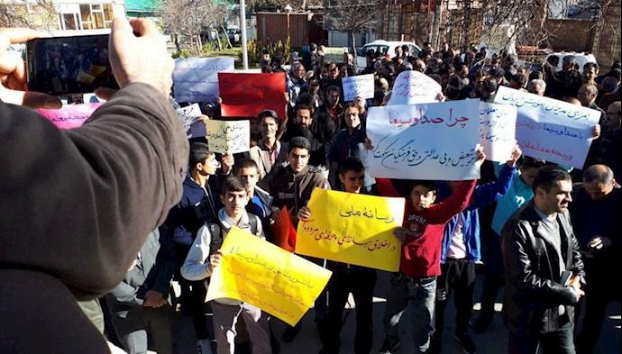 تجمع اعتراضی معلمان و دانشآموزان همدان ۲۲آذر۹۷