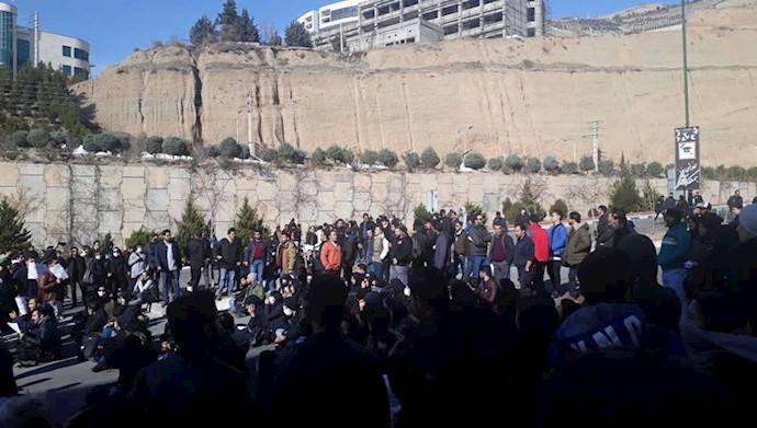 تجمع گسترده  دانشجویان علوم و تحقیقات در اعتراض به عدم رسیدگی به سانحه اتوبوس و مرگ جانگداز  ۱۰دانشجو