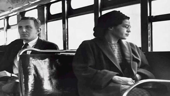 رزا پارکس در صندلی جلوی اتوبوس