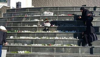 تجمع دانشجویان دانشگاه آزاد علوم تحقیقات برای یادبود قربانیان حادثه اتوبوس