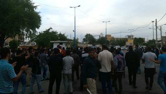 تجمع  کارگران  نیشکر هفت تپه  مقابل  فرمانداری رژیم در شهر شوش - ۱۰ آذر۹۷