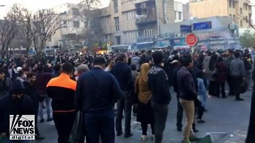 Iranians call on the international community to support the uprising in Iran