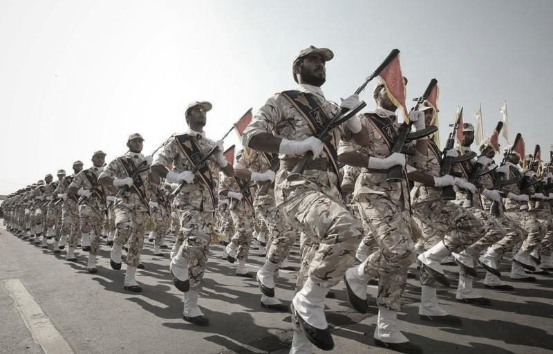 Members of the Iranian revolutionary guard march during a parade to commemorate the anniversary of the Iran-Iraq war (1980-88), in Tehran September 22, 2011