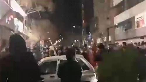 Tahran, demonstrators chant death to Khamenei
