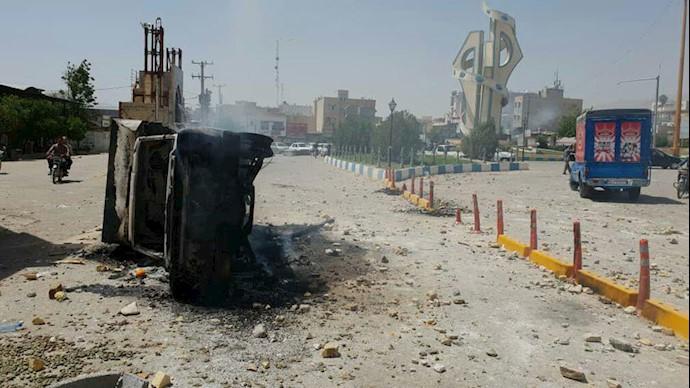 میدان شهدا کازرون - آتش زدن خودروهای نیروهای سرکوبگر رژیم