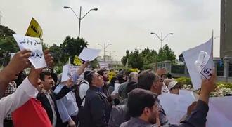 تجمع غارت شدگان موسسات مالی در مقابل مجلس ارتجاع.۹۷۰۲۱۷