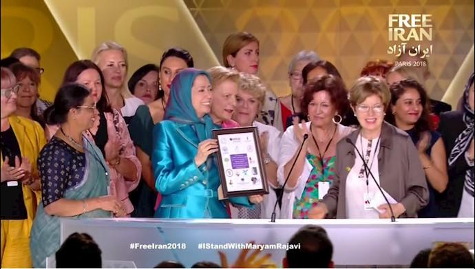 تقدیم لوح بیانیه مشترک زنان از کشورهای مختلف به مریم رجوی