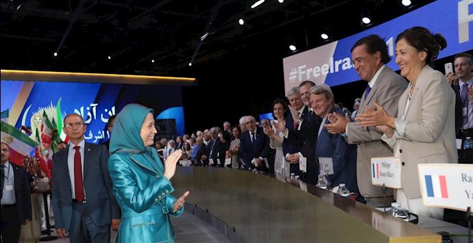 صحنهای از گردهمایی برزگ ایرانیان در پاریس ۹۷