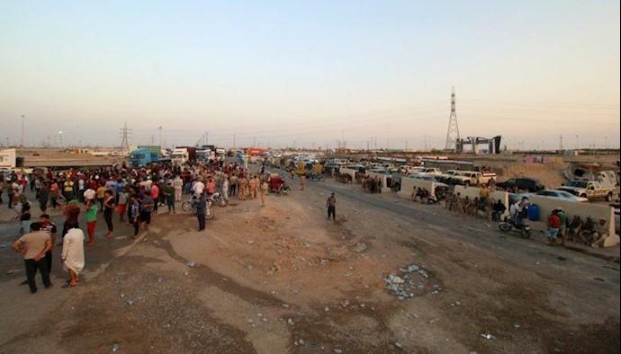 بستن جاده توسط مردم عراق در اعتراض به وضعیت بد خدمات رسانی و بیکاری جوانان و فساد اداری