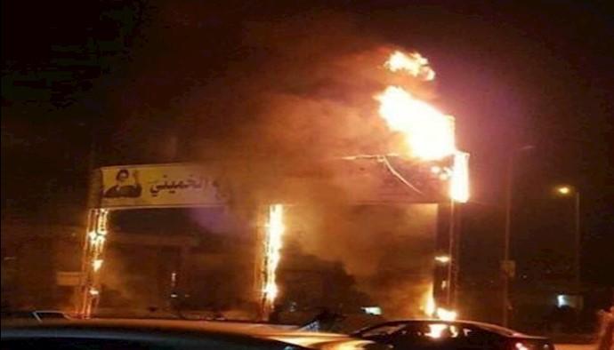 آتش زدن عکس خمینی و خامنه ای در تظاهرات عراق - بصره