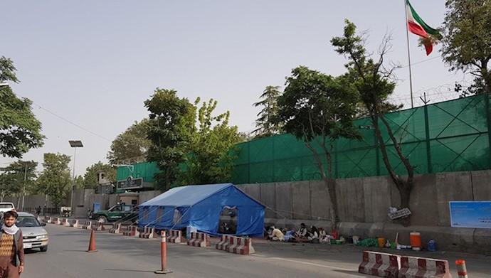 تحصن جنبش صلح خواهان افغانسان مقابل سفارت رژیم در کابل