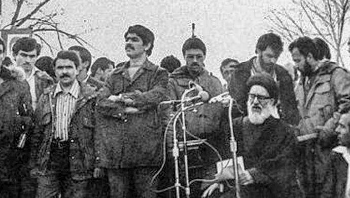 مسعود رجوی و موسی خیابانی همراه با پدر طالقانی بر مزار دکتر محمد مصدق