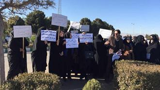 تجمع جمعی از معلمان در مقابل استانداری یزد