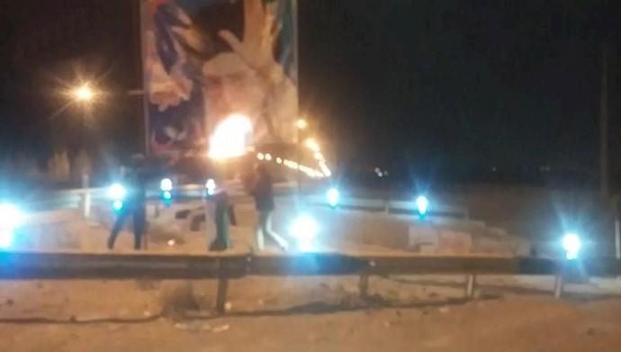 آتش زدن بنر خامنهای در شهرهای میهن - آرشیو