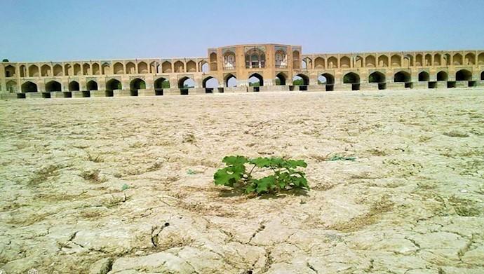 نمایی از زاینده رود اصفهان که اینک به شورهزاری در مرکز اصفهان تبدیل شده است