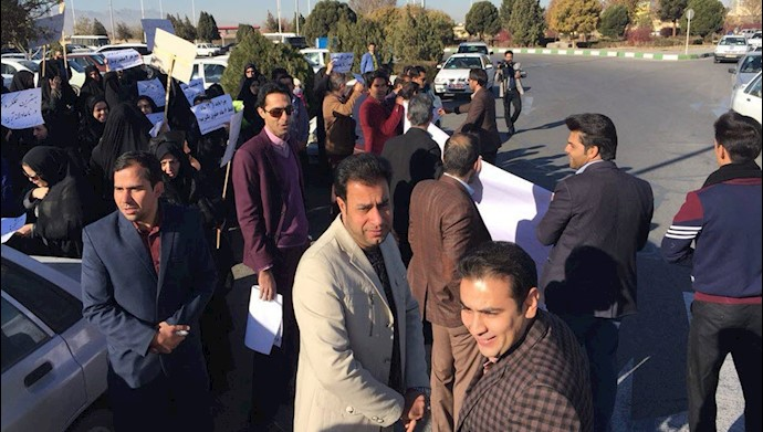 تجمع اعتراضی معلمان خرید خدمات آموزشی در مقابل استانداری یزد